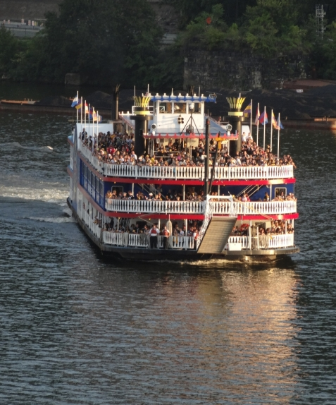 The Gateway Clipper is bringing Steeler fans to Heinz Field