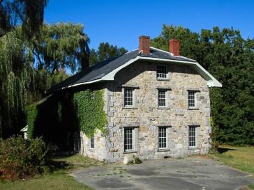 Helene Kent House, Burlington Massachusetts - Attrib: Wikimedia Commons - John Phelan - Own work - https://commons.wikimedia.org/wiki/User:Faolin42