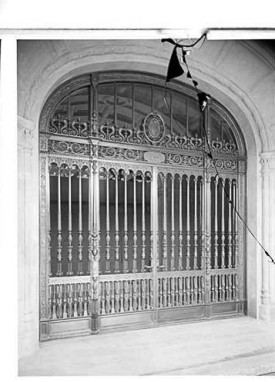 5th Avenue. J.J. Astor residence, bronze grille doors. - Archive of Wurts Bros photos ca. 1910