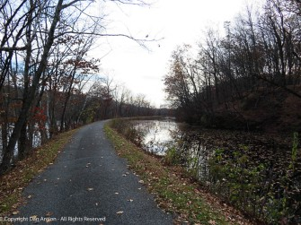 For most of the northern portion, the canal closely parallels the river.